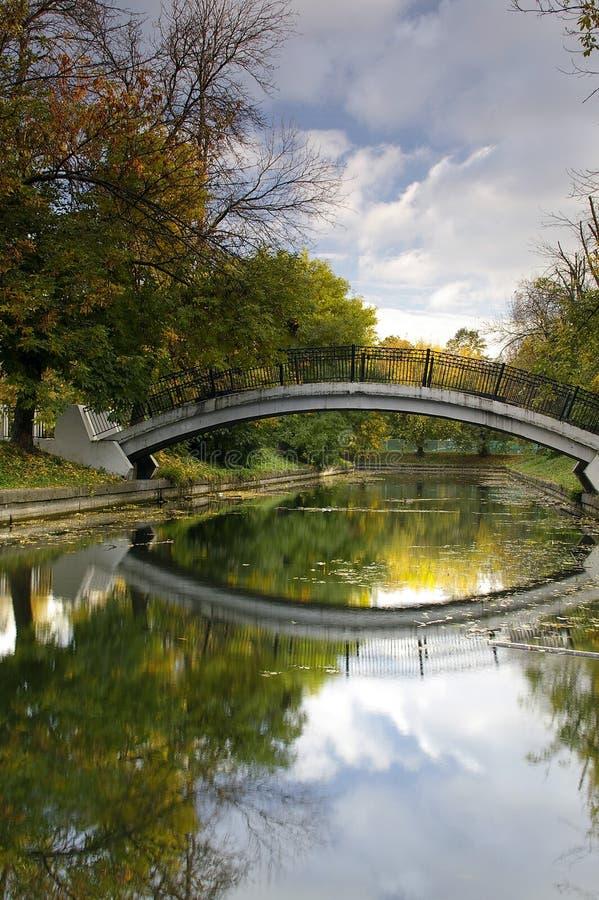 El puente del pie en uno de parques de Moscú fotos de archivo