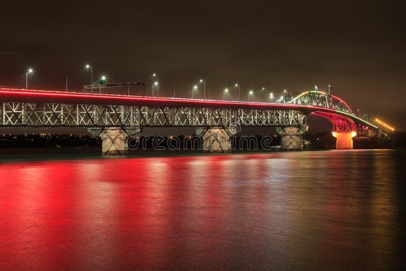 El puente del puerto de Auckland, Nueva Zelanda, encendió para arriba rojo imagen de archivo libre de regalías