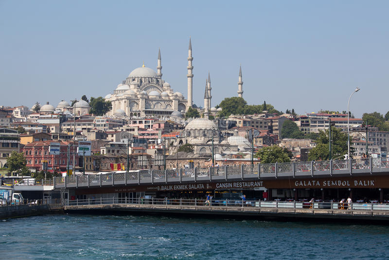 El puente del puerto y de Galata de Eminonu sobre el cuerno de oro aúlla en Estambul, Turquía foto de archivo