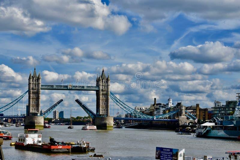 El puente del río Támesis y de Londres foto de archivo libre de regalías