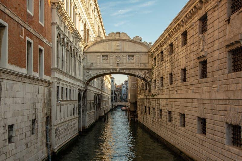 El puente del suspiro en Venecia foto de archivo