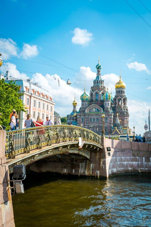 El puente delante del salvador en la sangre derramada en St Petersburg, Rusia imágenes de archivo libres de regalías