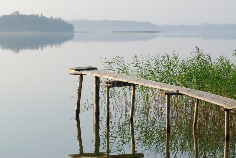 El puente en el lago fotografía de archivo