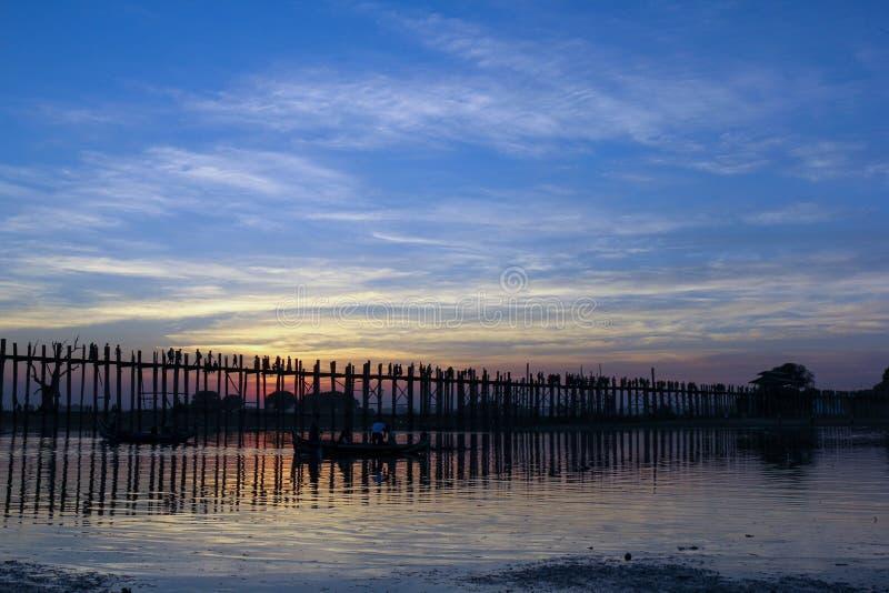 El puente en horas azules, Myanmar de U Bein fotografía de archivo
