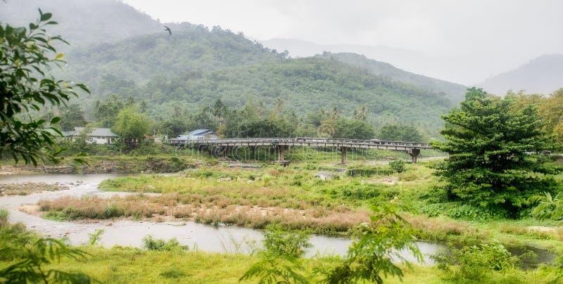 El puente en Kiriwong Tailandia foto de archivo