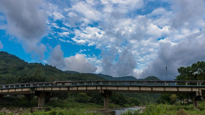 El puente en Kiriwong Tailandia imagen de archivo