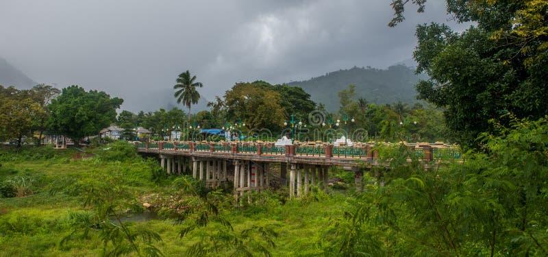 El puente en Kiriwong Tailandia fotos de archivo