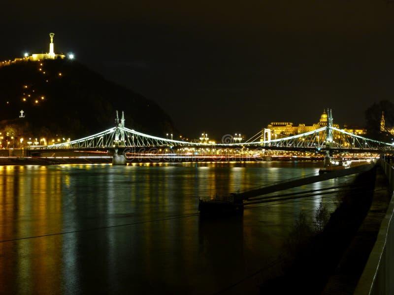 El puente famoso de la libertad en la noche en Budapest foto de archivo