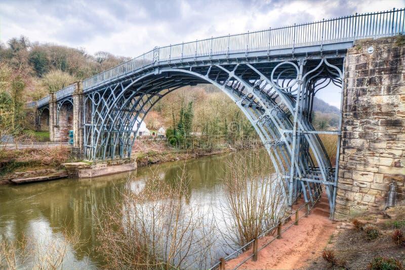 El puente famoso del hierro sube sobre el río Severn imagenes de archivo