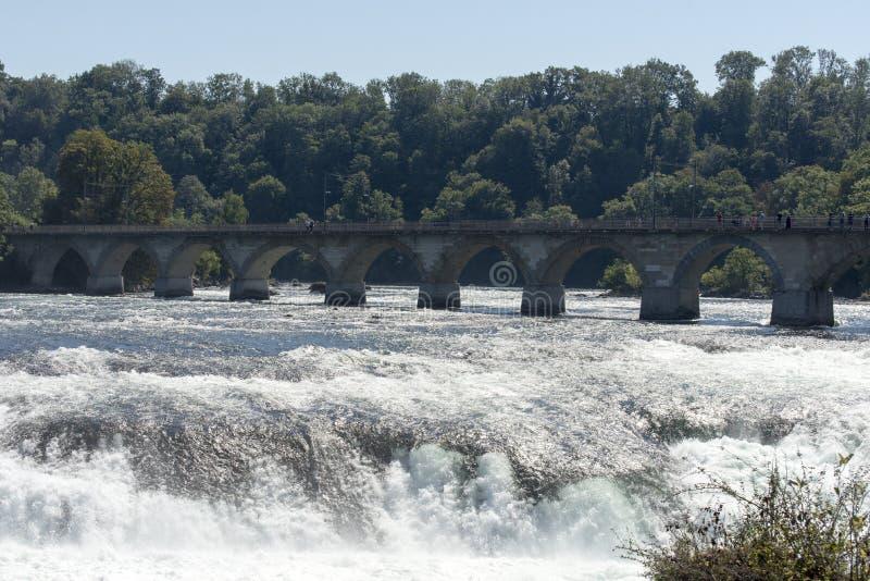 El puente ferroviario sobre el Rhine Falls, Suiza imágenes de archivo libres de regalías