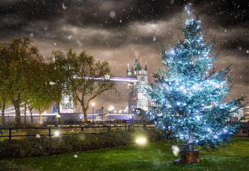 El puente icónico de la torre en invierno con un árbol de navidad foto de archivo libre de regalías