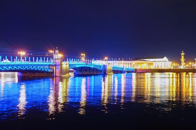El puente iluminado del palacio en St Petersburg, Rusia fotos de archivo