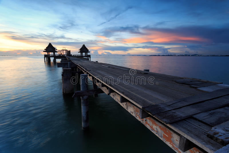 El puente largo sobre el mar con una salida del sol hermosa, Tailandia imagenes de archivo