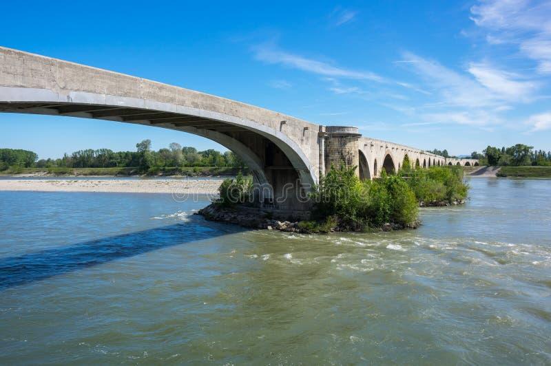 El puente medieval sobre el río Rhone imagen de archivo libre de regalías