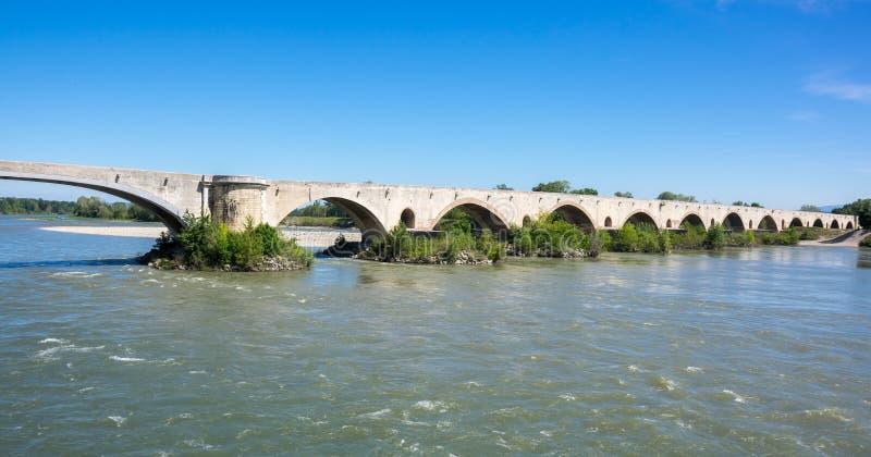 El puente medieval sobre el río Rhone fotos de archivo