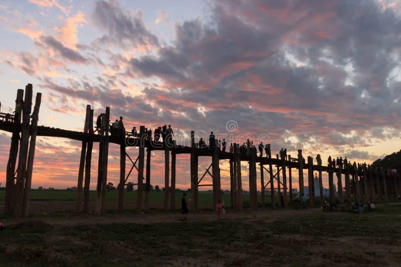 El puente que camina en la puesta del sol, Mandalay, Myanmar de U imagen de archivo libre de regalías