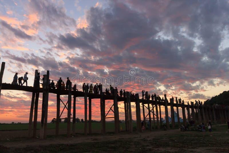 El puente que camina en la puesta del sol, Mandalay, Myanmar de U fotografía de archivo libre de regalías