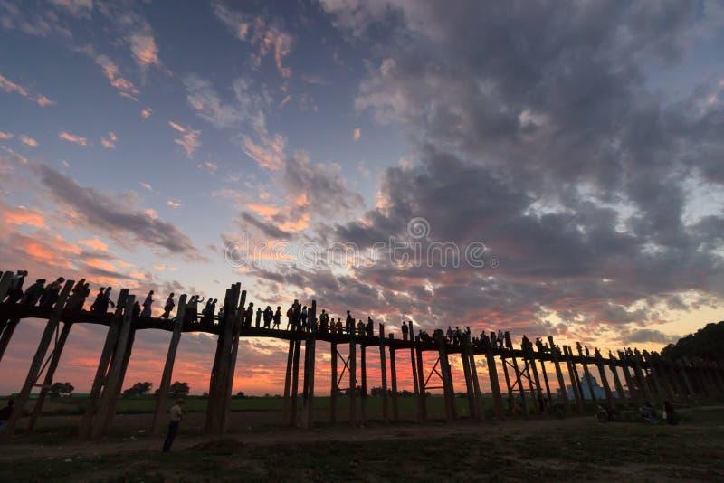 El puente que camina en la puesta del sol, Mandalay, Myanmar de U foto de archivo libre de regalías