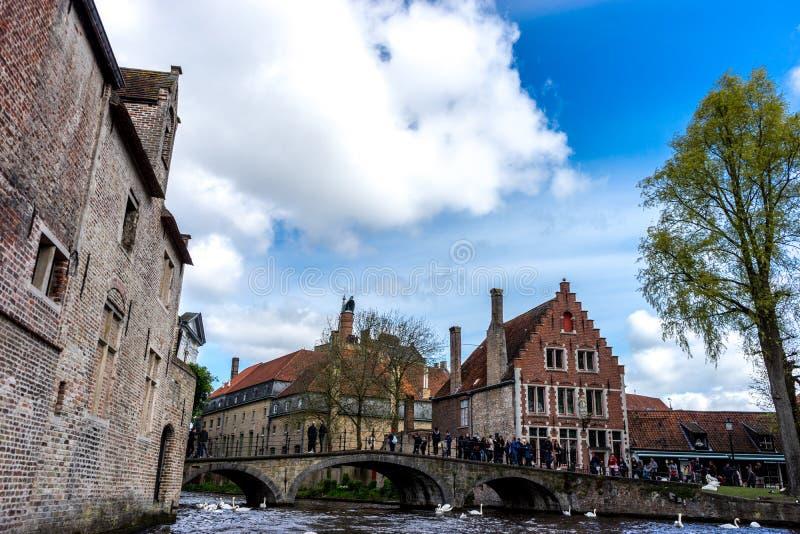 El puente sobre el canal en el Beguinage en Brujas, Bélgica fotos de archivo