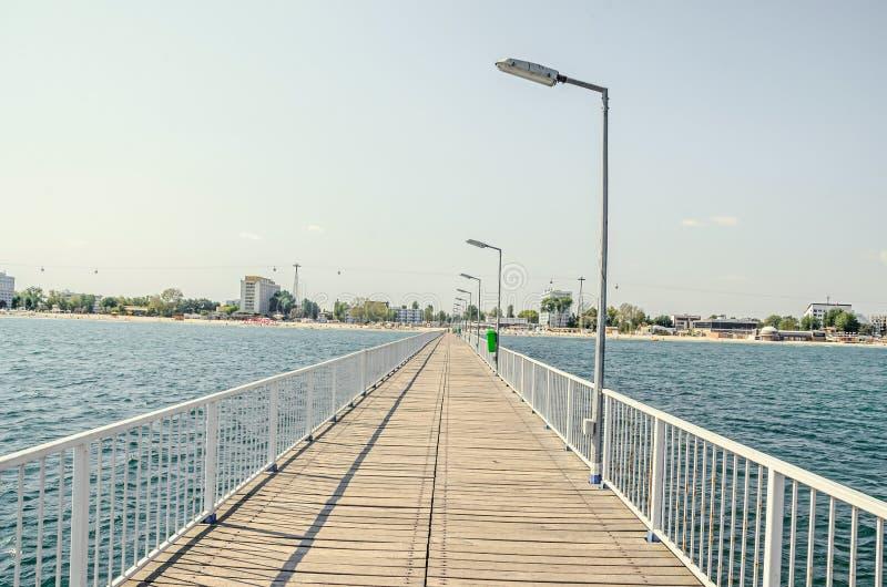 El puente sobre el Mar Negro, la orilla del mar y la playa con agua azul, foto de archivo libre de regalías
