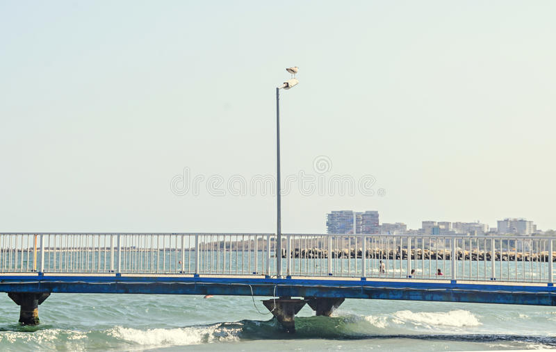 El puente sobre el Mar Negro, la orilla del mar y la playa con agua azul fotos de archivo