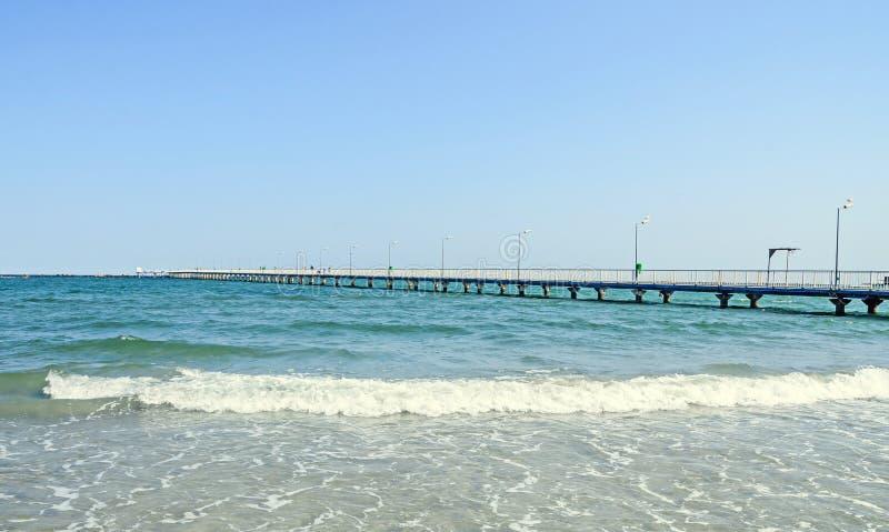 El puente sobre el Mar Negro, la orilla del mar y la playa con agua azul fotografía de archivo libre de regalías