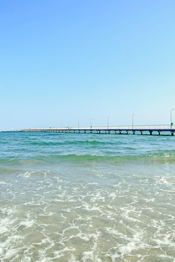 El puente sobre el Mar Negro, la orilla del mar y la playa con agua azul imagenes de archivo