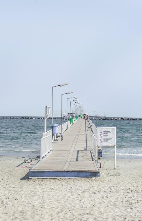 El puente sobre el Mar Negro, la orilla del mar y la playa con agua azul y la arena del oro foto de archivo libre de regalías