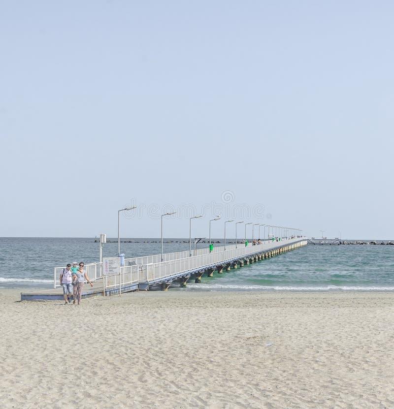 El puente sobre el Mar Negro, la orilla del mar y la playa con agua azul y la arena del oro fotografía de archivo libre de regalías