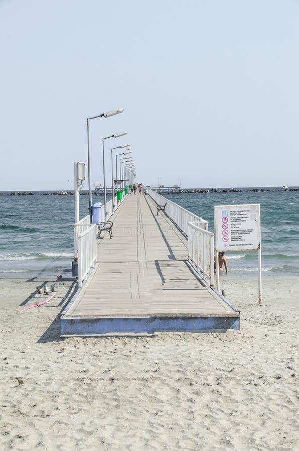 El puente sobre el Mar Negro, la orilla del mar y la playa con agua azul y la arena del oro imagen de archivo