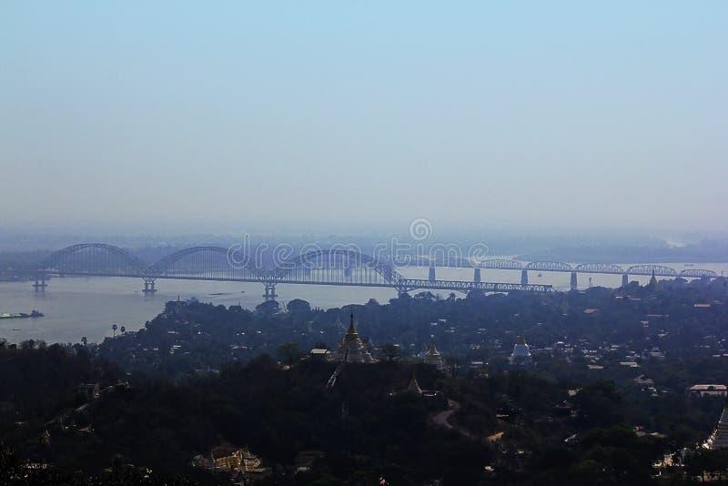 El puente sobre el río de Irrawaddy en Myanmar imagen de archivo libre de regalías