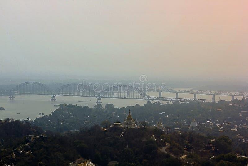 El puente sobre el río de Irrawaddy en Myanmar fotos de archivo libres de regalías