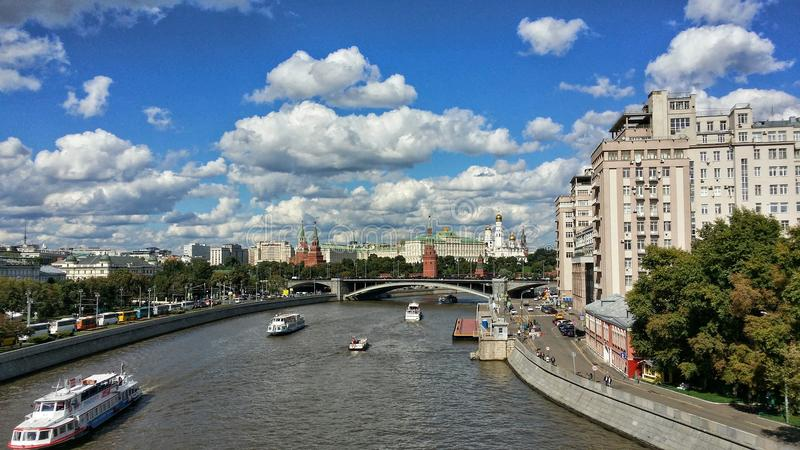 El puente a través del río de Moscú foto de archivo libre de regalías