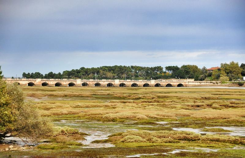 El puente a través del río más grande de San Vicente de la Barquera fotos de archivo