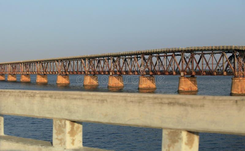 El puente viejo del ferrocarril foto de archivo