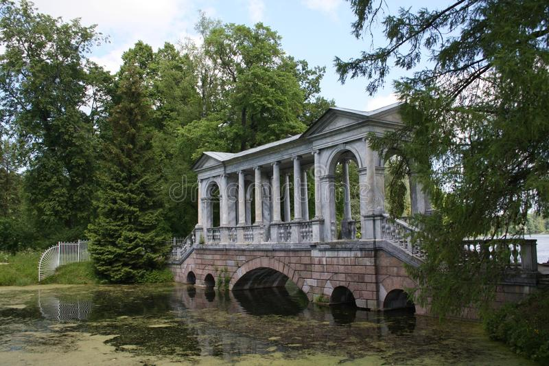 El puente viejo en Tsarskoye Selo fotos de archivo