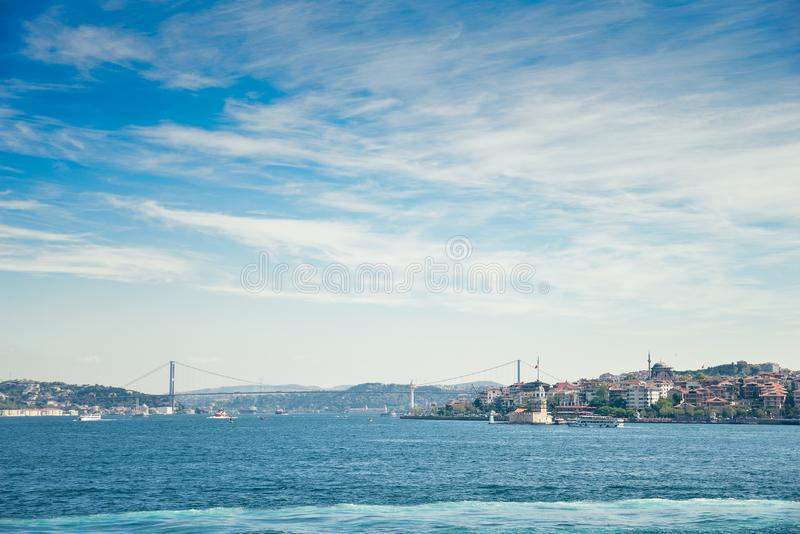 El puente virginal de la torre y de Bosphorus del ` s fotografía de archivo