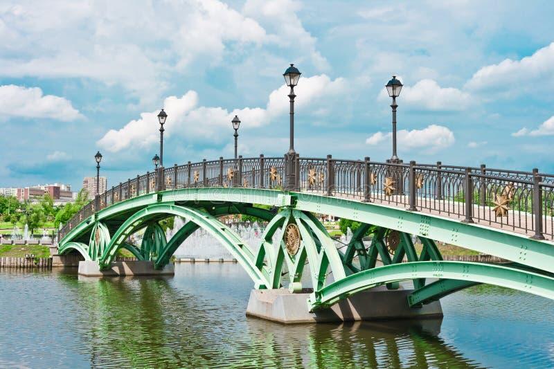 El puente y el río en Tsaritsino estacionan, Moscú imagen de archivo