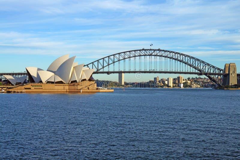 El puente y el teatro de la ópera del puerto de Sydney fotos de archivo libres de regalías