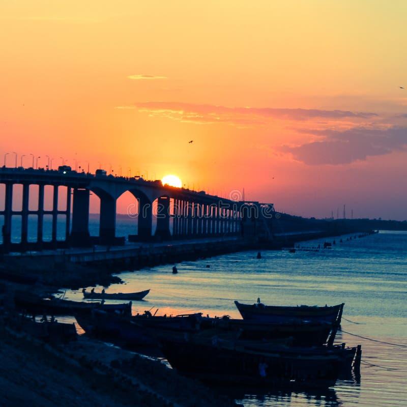 ¡El puente y la puesta del sol! foto de archivo libre de regalías