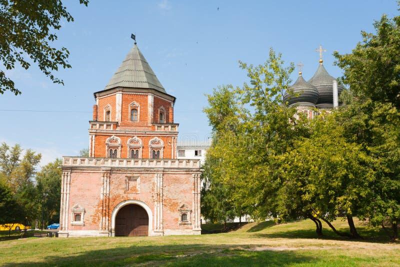 El puente y los árboles de la torre en Izmailovo parquean en Moscú foto de archivo