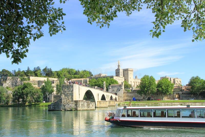 El puente y los papas Palace de Aviñón en Aviñón, Francia fotografía de archivo