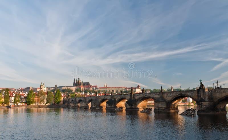 El puente y Praga de Charles se escudan por la mañana foto de archivo