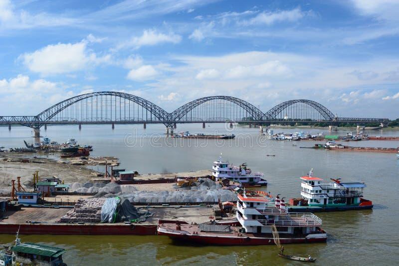 El puente Yadanabon de Irrawaddy mandalay myanmar fotos de archivo