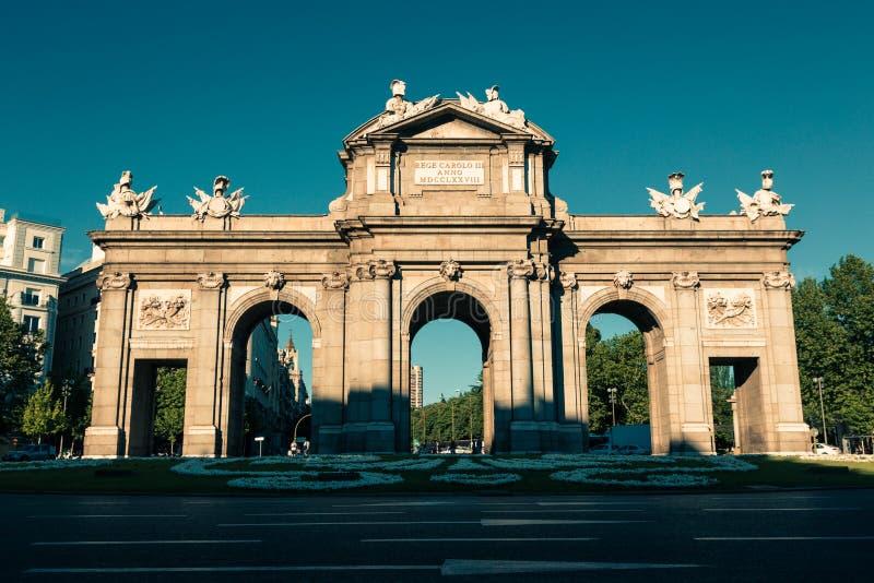 El Puerta famoso de Alcala en el cuadrado de la independencia - Madrid Spai foto de archivo