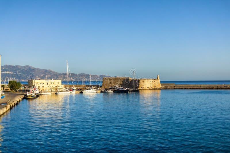 6 26 2013 - El puerto antiguo portuario veneciano viejo del fuerte de Koules de Heraklion, isla de Creta, Grecia imagen de archivo libre de regalías