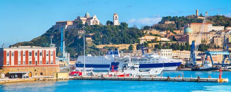 El puerto de Ancona con las naves imagenes de archivo