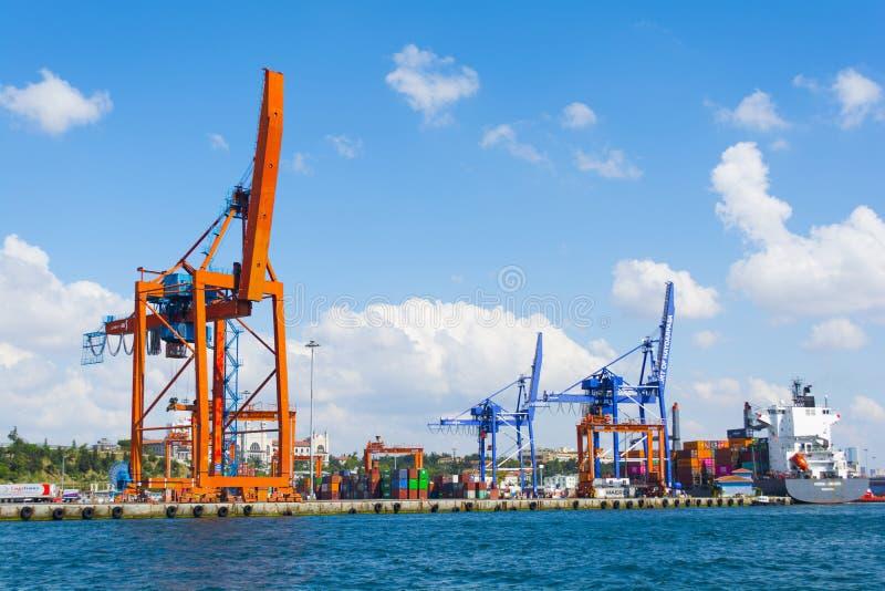 El puerto de HaydarpaÅŸa, también sabido pues el puerto de Haidar Pasha es un puerto del cargo general fotografía de archivo libre de regalías