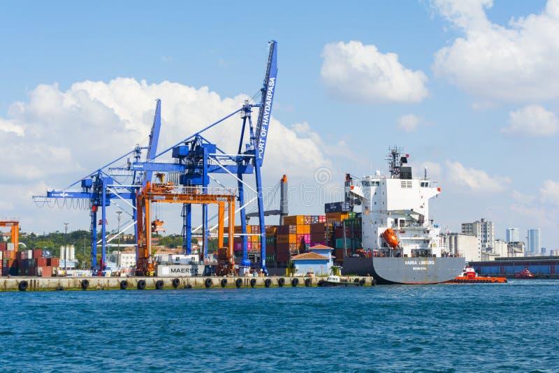 El puerto de HaydarpaÅŸa, también sabido pues el puerto de Haidar Pasha es un puerto del cargo general imagenes de archivo