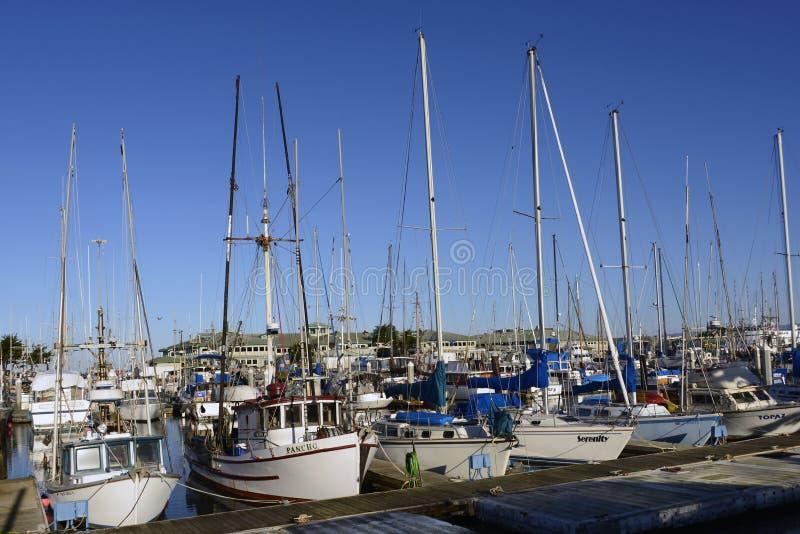 El PUERTO del ATERRIZAJE del MUSGO, CALIFORNIA - 5 de febrero de 2018 - los barcos atracó en Moss Landing Harbor, Moss Landing Ca fotos de archivo